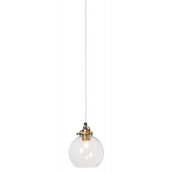Snygga Hope är en häftig lampskärm i munblåst glas. Kombinera med en snygg designglödlampa i mitten och du har en riktigt modern och stilfull lampa. Varje Hope är unik. Upphäng ingår i priset. Ljuskälla ingår ej.