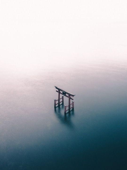 瀬戸内海に、ぽつんと佇む厳島の鳥居を空高くから俯瞰。
