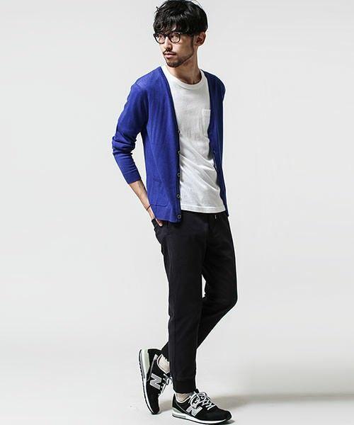黒パンツ」×「白インナー」で作る簡単おしゃれな春秋のメンズコーデを ... 青のカーディガン メンズファッション