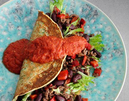 Billede af Krydderurtepandekager med kød- og bønnefyld og tomatsauce