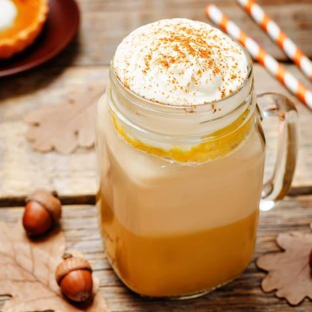 Ihr liebt den Pumpkin Spice Latte von Starbucks und Co, wollt aber kein kleines Vermögen dafür ausgeben? Wir verraten euch, wie ihr ihn selber macht.