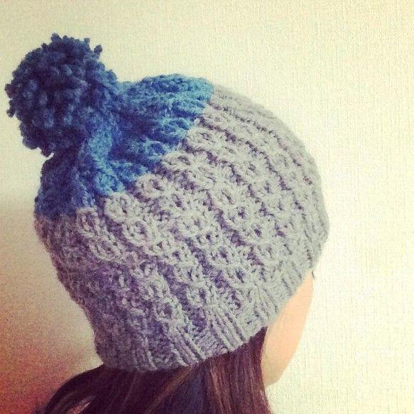 グレー&ブルーグリーンのバイカラーのニット帽です。太い糸でふっくらふかふか。女性のフリーサイズ。ウール100%|ハンドメイド、手作り、手仕事品の通販・販売・購入ならCreema。