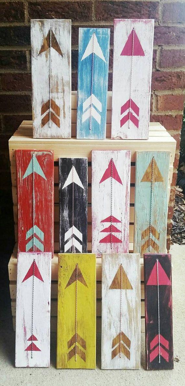 Este arte de madera de la flecha se ve muy bien en cualquier lugar! Añadir un estallido de color y el carácter con el acento de la guita que se anuda en