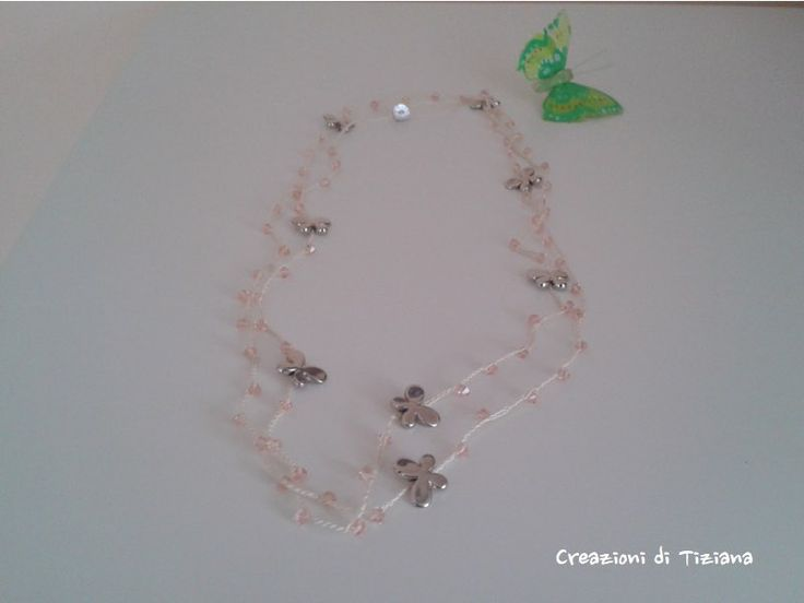Collana crochet con pietre rosa e farfalle