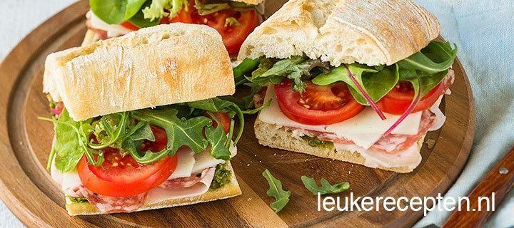 Met deze broodjes belegd met Italiaanse vleeswaren, tomaat en pesto waan je je met de lunch in Italie