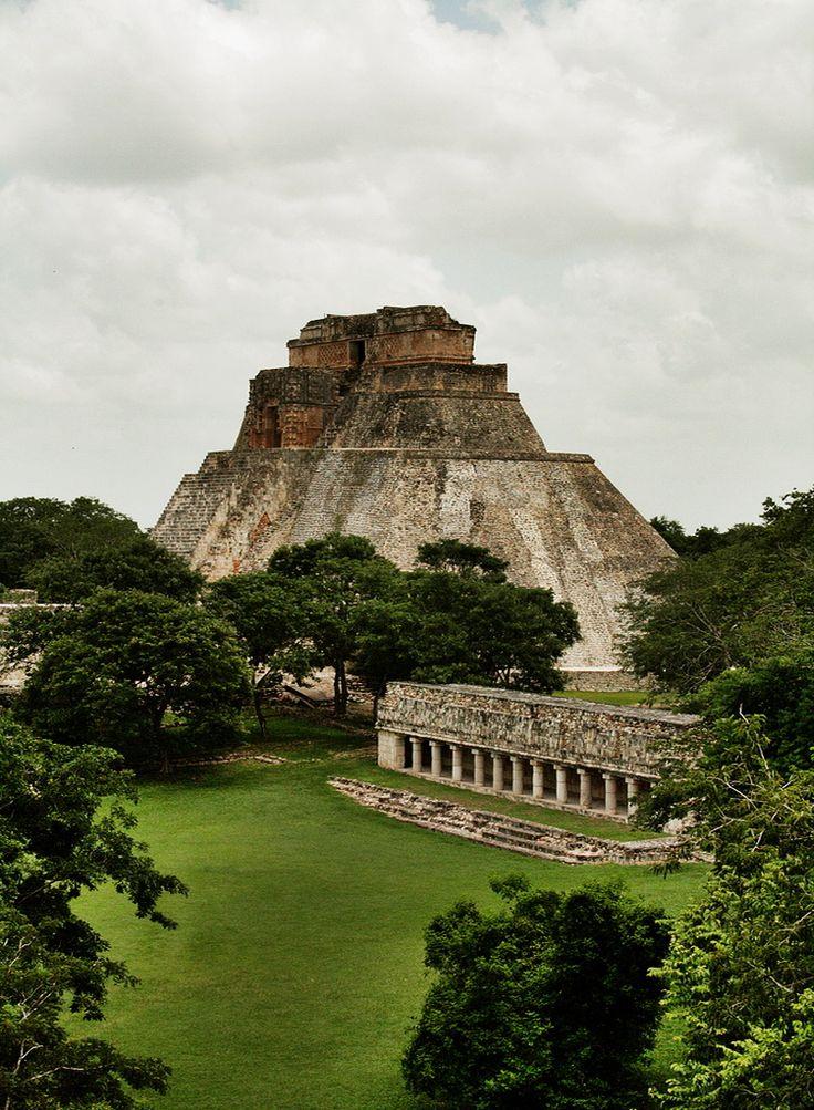 La Pirámide del Adivino en la antigua ciudad maya de Uxmal , México ( Por Emilio Segura López ).