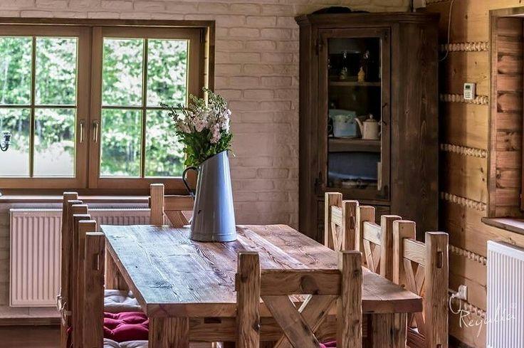 Nasze meble rustykalne. Blat stołu, siedziska krzeseł i hokerow wykonaliśmy z drewna ręcznie ciosanego. Jak Wam się podoba ? #regaliapm #staredrewno #drewno #krzesło #stół #meble #wooden #oldwood #furniture #table #chair