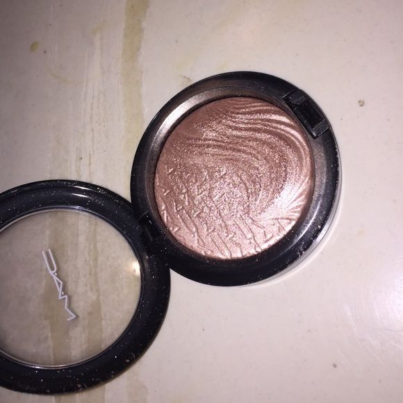 Superb in Extra Dimension Superb In Extra Dimension highlight. Limited Edition has been used a few times still like new has a lot of life left. Will not find at any store locations . No box sold as is. MAC Cosmetics Makeup Luminizer