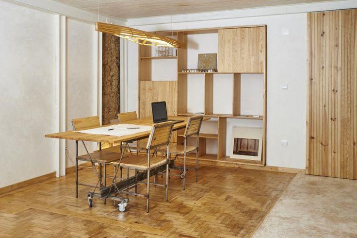 Alina Jerónimo e Paulo Carneiro, architetti portoghesi, hanno ristrutturato un vecchio appartamento di Lisbona trasformandolo nel loro studio di progettazione. La ristrutturazione è durata 12 mesi ed è stata un processo per testare nuove tecnologie sostenibili, con l'utilizzo di materiali provenienti da fonti rinnovabili come legno, terra, paglia e calce. Inoltre anche molti…