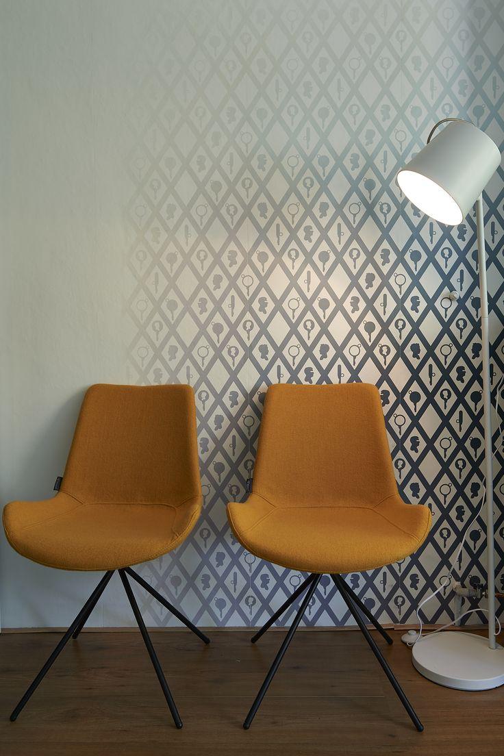 RTL woonmagazine - Najaar 2015 - aflevering 6: eetkamerstoel Kwik (geel), vloerlamp Simple – Goossens wonen & slapen