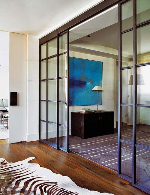 Puerta y pared de cristal correderas con marco de hierro negro | Black metal framed glass wall and sliding door · ChicDecó