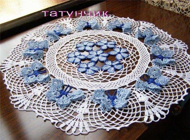 """Magnifique napperon décoré de papillons et de fleurs bleus , réalisé et partagé par """" Jeannette Jeraldine """" ( facebook ) !                    Je souhaite un agréable crochet à toutes celles qui voudraient réaliser ce superbe napperon aux papillons !"""