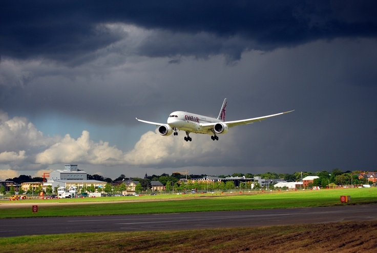 Boeing 787-800 Qatar Airlines Landing at Farnborough International Air Show 2012
