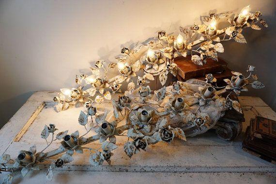 Eitelkeit Badezimmer selten Tole rose shabby Landhaus chic Blau w / weiße Chippy Lichtleiste gemalt Wand Beleuchtung Goldakzente Hauptdekor Anita Spero Design  Es gibt 2 von diesen zur Verfügung. Dieser Preis ist für 1 Bar... Sie können 2 kaufen, haben Sie einen doppelten-Waschtisch! Es ist so schwer, schäbige Hütte Eitelkeit Beleuchtung zu finden. Das neue Zeug scheint nicht zu schäbig ausgerichtet ~ ~ Es hat die Tole-Rosen und sie waren in ihrer natürlichen vergoldeten Goldfarbe…