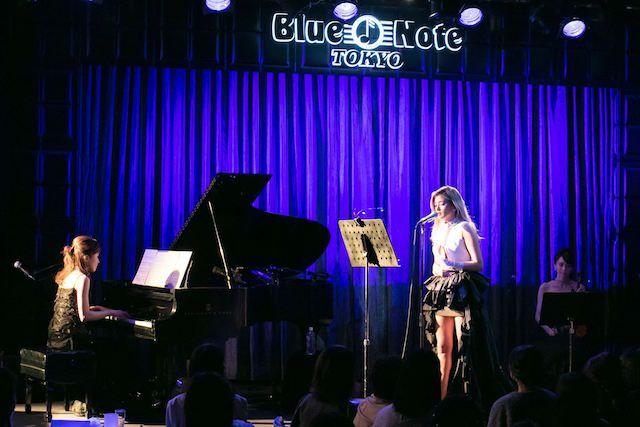 30日に26歳になったローラ(ROLA)が、誕生日前夜、ブルーノート東京(BLUE NOTE TOKYO)でオペラを初披露した。ファンクラブ向けのスペシャルイベントで、「ロベルト カヴァリ」の黒いトレーンから美脚をのぞかせながら、ヘンデル作...
