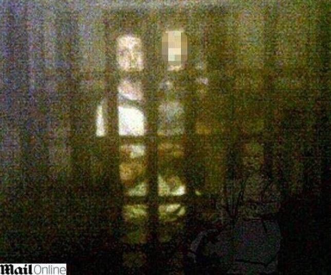 Museu em York - John Burnside, o homem que aparece perto da garotinha, disse ao jornal Daily Mail que ficou apavorado quando viu as fotografias.
