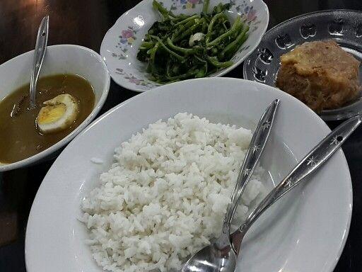 Nasi putih perkedel krengsengan daging cah selada air