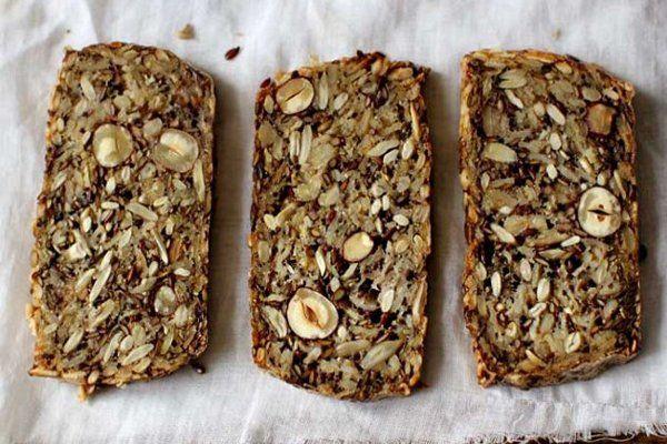 Brot aus Körnern, Nüssen und Samen  Sarah Britton Rezept Für einen Brotlaib brauchen Sie:  135 g Sonnenblumenkerne 90 g Leinsamen 65 g Haselnüsse oder Mandeln 145 g Haferflocken 2 EL Chia-Samen (aus dem Reformhaus oder Internet) 4 EL Flohsamenschalen (Reformhaus/ Apotheke/ Internet) 1 TL feinkörniges Meersalz 1 EL Ahornsirup (für eine zuckerfreie Ernährung, verwenden Sie eine Prise Stevia) 3 EL Kokosöl (Reformhaus/ Internet) 350 ml Wasser