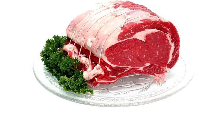 Diferencia entre cerdo y res. Mas allá de la procedencia de la carne vacuna y de cerdo, estas tienen otras importantes diferencias, incluido el color, procesamiento, preparación y sabores. Comprender estas sutiles desigualdades entre las carnes te ayudará a elegir el mejor producto, el método de preparación y el acompañamiento para el plato principal.