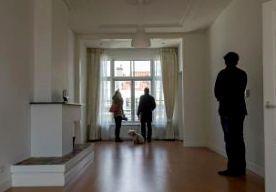 22-Oct-2013 7:49 - MEER HUIZENBEZITTERS IN GELDNOOD. Steeds meer mensen met een eigen huis hebben problemen met het betalen van de maandelijkse hypotheeklasten. Dat blijkt uit de halfjaarlijkse Hypotheekbarometer van het Bureau Krediet Registratie, het BKR. Het afgelopen half jaar zijn er bijna 10.000 probleemgevallen bij gekomen. In totaal zijn er nu meer dan 91.000 mensen die moeite hebben om hun hypotheek te betalen. Het BKR spreekt van problemen als de betalingsachterstand meer dan...