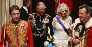 Pela 1ª vez, príncipe Charles e Camilla participam abertura do Parlamento britânico - O príncipe Charles usou um uniforme militar de gala. Já Camilla estava de vestido branco e uma tiara