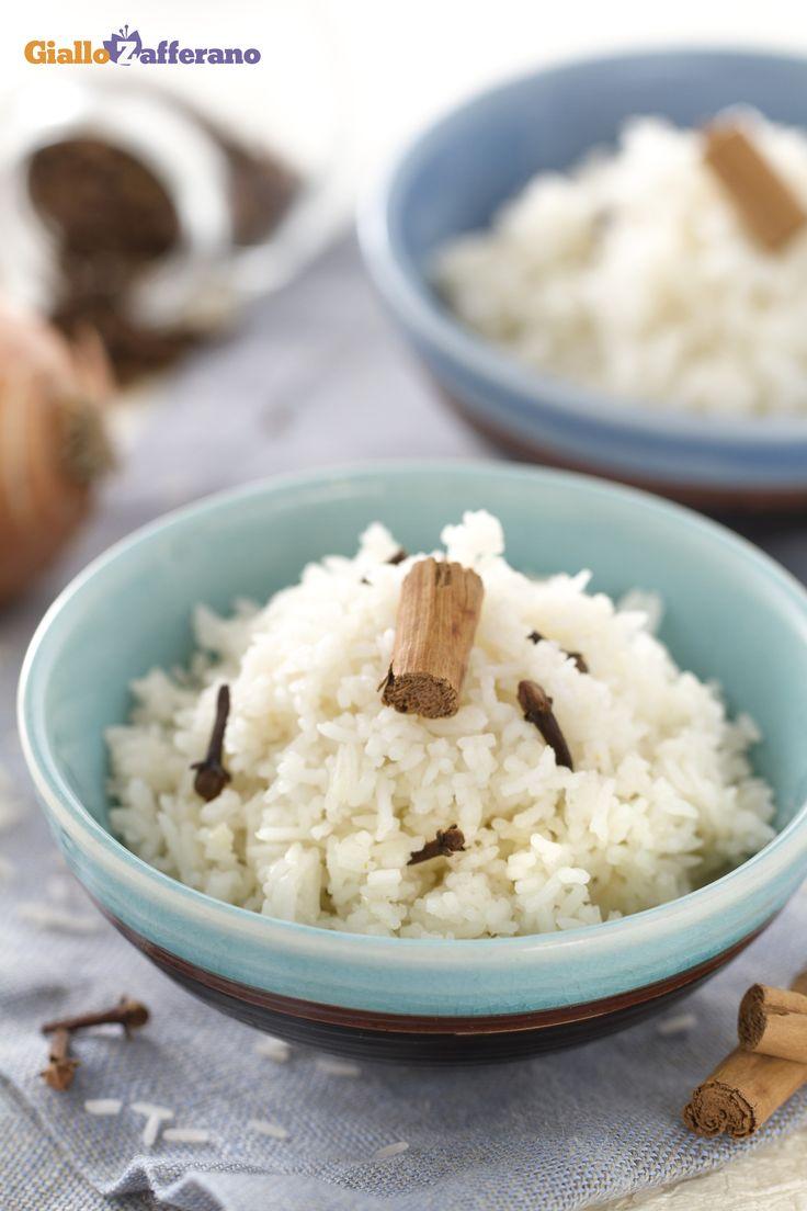 Il #riso #pilaf (rice pilaf), è una preparazione di origine turca, utilizzata per accompagnare pesce, carne e salse varie. Si prepara con #riso #Basmati aromatizzato con cannella e chiodi di garofano. #ricetta #GialloZafferano #vegetariani #veg #vegeterian