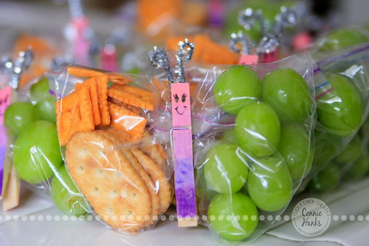 I saw butterfly snacks on Pinterest, and knew I had to make them for my daughter's Daisy Troop! How cute are these?! To make them, use sandwich size baggies - fill it with about 1/4 grapes, making ...