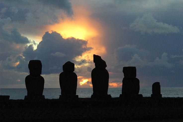 A misteriosa Rapa Nui, Polinésia chilena. Rapa Nui, o nome polinésio da ilha, é um dos pontos mais remotos e desolados do planeta. Nenhuma árvore com mais de 3 m pode ser vista em toda a sua superfície. Está localizada a 3.600 km do litoral do Chile e a mais de 2.000 km de qualquer outro pedaço de terra do Pacífico. Fotografia: Heitor e Silvia Reali.  https://viagem.catracalivre.com.br/geral/mundo-viagem/indicacao/sete-ruinas-que-intrigam-os-visitantes/