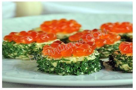 Бутерброды с красной икрой рецепт приготовления с фото. Ингредиенты:хлеб,укроп,сливочное масло,икра (красная)