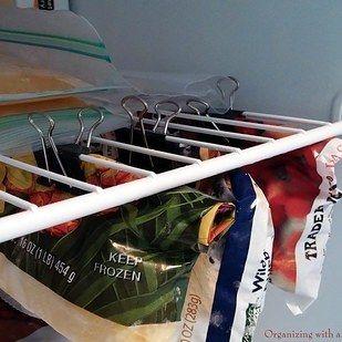 Si te gusta guardar muchas verduras y frutas congeladas, utiliza sujetapapeles para crear un segundo estante en tu congelador. | 7 Trucos rápidos para organizar que querrás probar ahora mismo