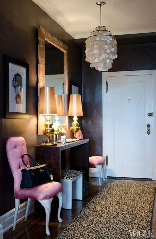 Feminine entrance: Imagine the perfect bachelorette pad.