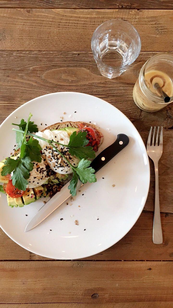 MIN LUNSJ: Toast med avokado, posjerte egg, frø og tomater.
