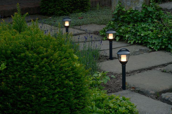 Decoratieve lamp met LED verlichting. Deze lamp is te plaatsen in de grond (door middel van een grondpen) of te plaatsen op harde ondergrond (door middel van een voetplaat). Makkelijk aan te sluiten op de hoofdkabel en transformator voor een verlichte tuin, plug and play.