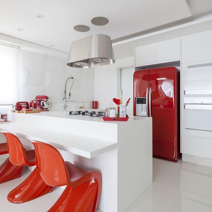 Cozinha Branca Clean com Cadeira Panton Vermelha de Cozinha gourmet de Mariana Luccisano - Viva Decora