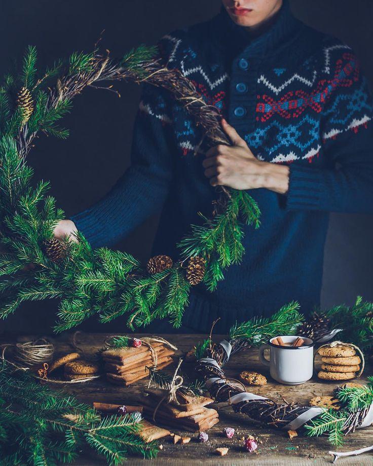 """Привет! Как ваше настроение? ❄️Желаю всем уютного воскресного вечера в компании горячего какао и печенья, чтобы прямо как на моем фото с хвойным ароматом и в тёплых свитерах! Самое время пересмотреть волшебный фильм и проникнуться новогодним настроением. И обязательно напишите в комментарии свои любимые, рождественские! ⬇️⬇️⬇️  Поможем тем, у кого праздничный настрой до сих пор так и не появился☺️😉 Я начну первый - """"Привет семье!"""" С Сарой Джессикой Паркер! 📽⬇️"""