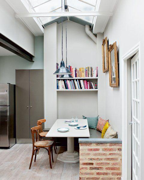 Le muret en brique et la verrière au plafond actualisent la blancheur des murs pour une note plus contemporaine de style industriel.