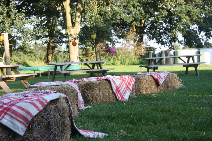 Tuinstoelen, daar doen we niet aan op Hoeve Kindergoed. Grapje! Natuurlijk wel, maar deze hooibalen zien er ook wel uitnodigend uit toch?  Hoeve Kindergoed is een officiële trouwlocatie op een schapenboerderij in Ermelo. Als jullie op zoek zijn naar een landelijke plek om te trouwen, proosten en feesten is de Hoeve een optie.   De locatie is te huur voor een dag(deel) of een weekend. Overnachten kan in een van de slaapzalen of op de camping.   Ga voor meer informatie naar…