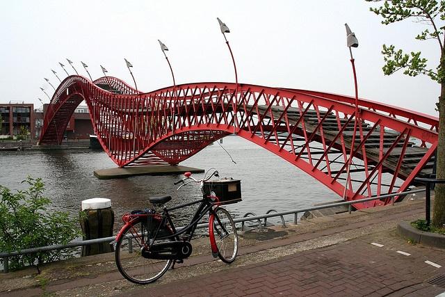 kleur in de architectuur, pythonbrug amsterdam