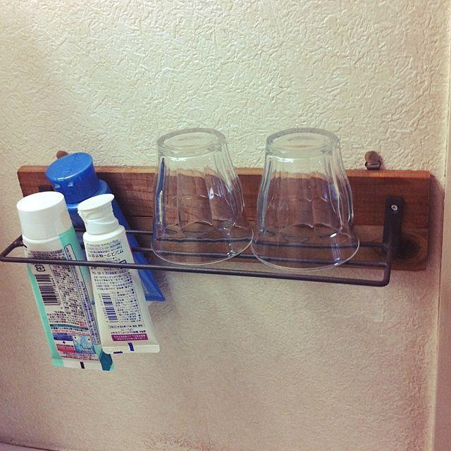 女性で、3LDKのセリアタオル掛け/RoomClip mag/歯みがきコップ/端材/団地…などについてのインテリア実例を紹介。「セリアのタオルかけで洗面所のコップをおく棚を余りの端材で作りました。 コップの中が清潔だしハミガキ粉や洗顔フォームも清潔に保てます。 団地で収納スペースが少ないので良かったです。」(この写真は 2016-04-24 09:03:33 に共有されました)