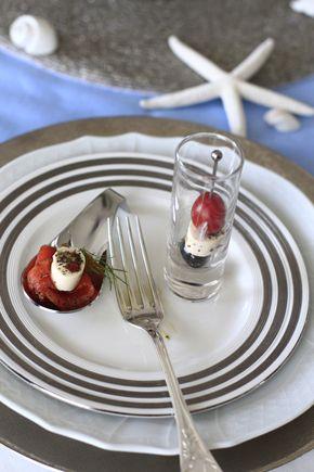 受講生の方の作品発表です。冷えたヴィシソワーズのスープ♪前菜のピンチョス♪冷製トマトとブラックオリーブのパスタ♪全体の様子です。お花の分量もほどよく、お料...
