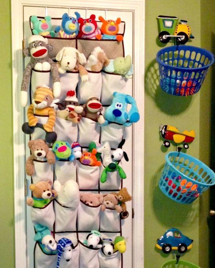 """#pergunteàPO - Nossas seguidoras perguntaram:  """"Como manter os brinquedos organizados numa casa muito pequena?"""" e """"Bichos de pelúcia. Me incomoda deixá-los em prateleiras, ficam lindos lá, mas a minha filha não alcança para brincar. Como guarda-los, facilitando para as crianças brincarem?""""    Olá Fabi e Fabiane! Como suas dúvidas são semelhantes vamos respondê-las juntas.    Realmente quando se tem crianças num espaço pequeno os brinquedos tendem a ficar espalhados pela casa toda. Mas…"""