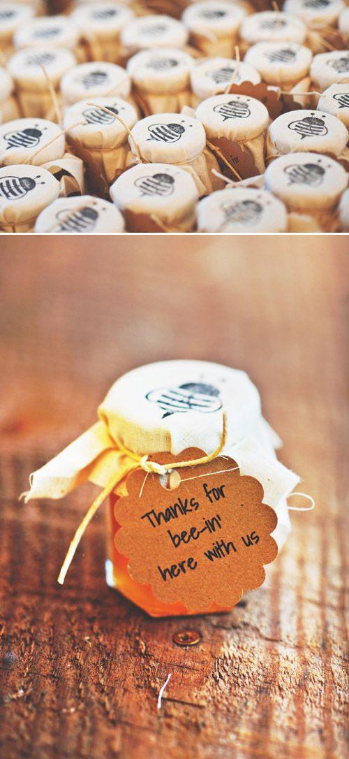 Nos encanta esta idea!! Pequeños botes de miel decorados y con etiqueta en kraft ;)