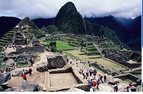 안데스의 신비 마추픽추 발견될 당시 까지 수풀에 갇힌채 아무도 그 존재를 몰랐다고 합니다 . 공중에서만 볼 수 있다고 하여 우주적 차원의 문명 작품으로 잉카의 땅이며 잉카의 고도인 곳 제국의 마지막 성전 숨통이 끊어지는 순간을 함께 했으며 잉카 최후의 요새인 마추 픽추 입니다 .