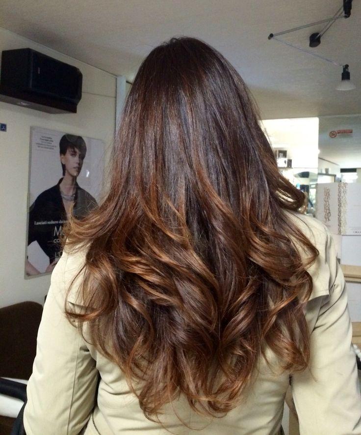 Un colore dai toni molto naturali, con delle sfumature sulle lunghezze che fanno esaltare la bellezza dei capelli.