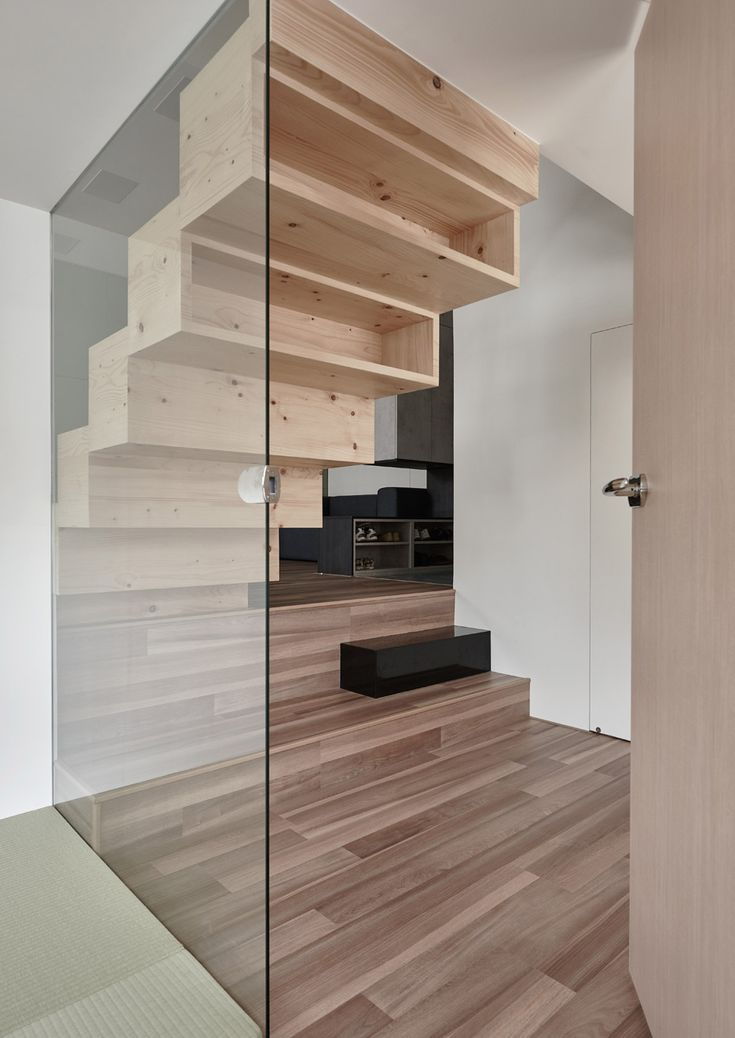 A bridge-like passage divides this apartment, accessed by a blocky staircase