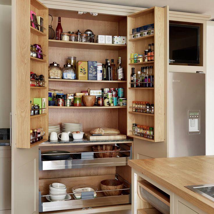 W ciągu kuchennej zabudowy sprytnie zaprojektowano pojemną minispiżarnię. W środku wysokiej szafki przewidziano nie tylko półki na produkty, ale też poręczne szuflady na duże naczynia. Dwuskrzydłowe drzwi zaopatrzono w płytkie półki na słoiki z przyprawami.
