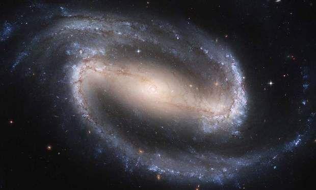 silver rings uk NGC 1300Le t  lescope Hubble a pu observer une galaxie situ  e    61 millions d  ann  es lumi  re de notre plan  te   Une distance difficilement concevable  Cette galaxie  qui porte le nom de NGC 1300  se trouve dans la constellation de l  Eridan  Elle est un peu plus grande que notre propre galaxie  la Voie Lact  e  NGC 1300 poss  de notamment des   toiles superg  antes  dont la masse peut atteindre douze fois la taille de notre Soleil
