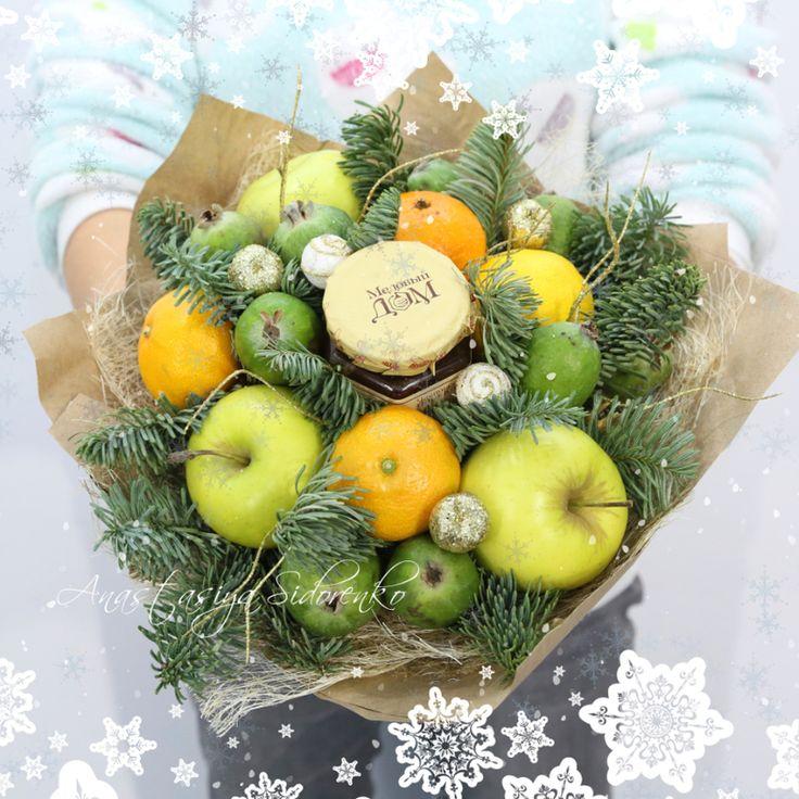 """Вот я просто влюбилась в эти яркие красивые и очень вкусные букеты, не могу себя остановить! Даже когда сил нет, начинаю их собирать и теряюсь во времени! Вот что у меня получилось вчера! Новогодний букет из фруктов """"Шишкин лес"""" Состав: баночка малинового варенья, апельсин, виноград,..."""