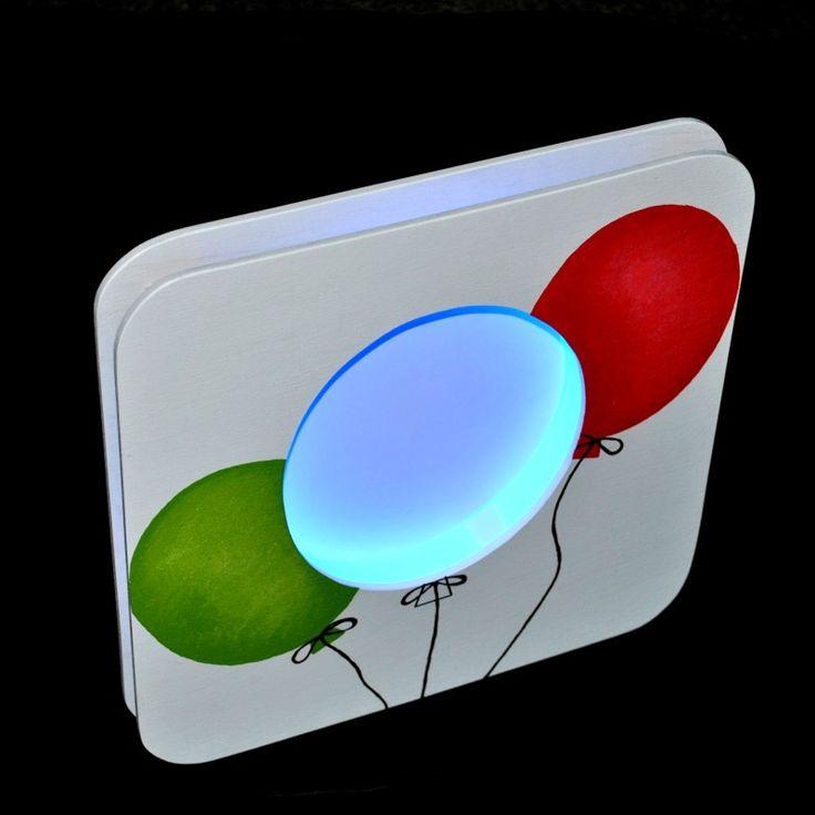 Balónky - nástěnná lampička Lampička je vyrobenaz plastu a bukové překližky o síle 5 mm.Design lampičky Balónky je zcela originální a je zpracován dle našeho grafického návrhu. Lampička je určená k zavěšení na zeď, opatřena otvorem na hřebíček. Součástí lampičky je světelný zdroj LED páska modrá s vypínačem ...