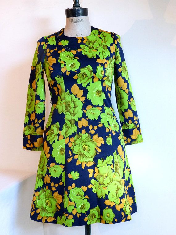 Mod bright green rose flower mini day dress - long sleeved size M - French 60s vintage groovy apple green & yellow rose flower print on a navy blue background, long sleeves closed by 2 plastic buttons, closes at the back with a long zip & a little metal hook the fabric is synthetic with a shiny finish no size tag, the dress should fit best a modern European size 38 (= US size M) - please check measurements below the neckline seam is uneven + the tag is damaged = my guess is ...
